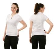 穿空白的白色球衣的微笑的妇女 免版税库存照片
