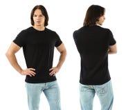 穿空白的黑衬衣的肌肉人 库存图片