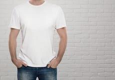 穿空白的T恤杉的人 免版税库存图片
