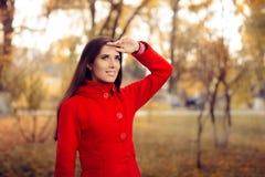 穿红色外套外面本质上的秋天妇女 免版税库存照片