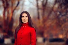 穿红色外套外面本质上的秋天妇女 库存照片