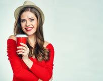 穿红色毛线衣的微笑的妇女拿着咖啡杯 库存照片