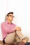 穿红色白色衬衣,卡其色的牛仔裤的西班牙男性 免版税库存照片