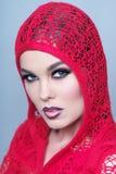 穿红色衣裳的美丽的妇女垂直的画象 免版税库存图片
