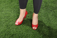 穿红色鞋子的妇女 免版税库存图片