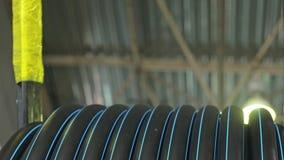 穿线卷管子的卷 塑料水管工厂制造  做塑料管的过程在机器 股票视频