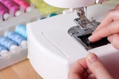 穿线在缝纫机的一根针 免版税库存照片