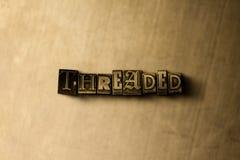 穿线-脏的葡萄酒特写镜头排版了在金属背景的词 免版税图库摄影