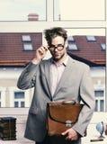 穿经典夹克的书呆子或书痴 教育和工作概念 严肃的老师或工作者 库存照片