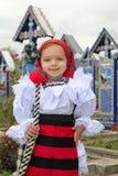 穿罗马尼亚传统衣物, Maramures的小女孩 免版税库存图片