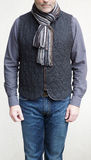 穿羊毛背心和围巾的成熟人在冬天 库存照片