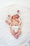 穿羊羔服装的新出生的婴孩 免版税库存图片