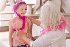 穿羽毛围巾的正面愉快的女孩 免版税图库摄影