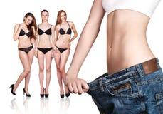 穿老大牛仔裤的妇女 库存图片
