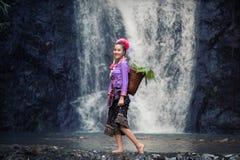 穿老挝传统礼服的妇女享用与自然画象 库存图片
