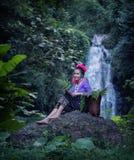 穿老挝传统礼服的妇女享用与自然画象 免版税图库摄影