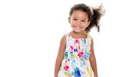 穿花夏天礼服的逗人喜爱的小女孩 免版税库存照片