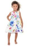 穿花夏天礼服的逗人喜爱的小女孩 免版税库存图片