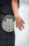 穿苏格兰男用短裙的苏格兰新娘和新郎特写镜头在婚礼 免版税库存照片