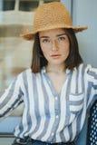 穿草帽的一名快乐的妇女的画象 免版税库存图片