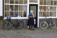 穿荷兰传统服装的妇女 库存照片