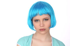 穿蓝色假发和T恤杉的夫人 关闭 奶油被装载的饼干 免版税库存图片