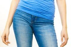 穿蓝色牛仔裤的女性臀部 免版税图库摄影