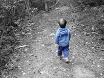穿蓝衣的男孩一点 免版税库存照片