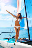 穿蓝衣的男孩服务台女孩查找海运坐的冲浪 享受假日旅行假期的愉快的妇女 免版税图库摄影