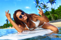 穿蓝衣的男孩服务台女孩查找海运坐的冲浪 愉快的健康妇女在海 旅行假期 Lifest 库存图片