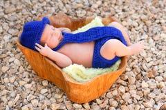 穿蓝衣的男孩盖子尿布浅顶软呢帽新出生关系佩带 免版税库存照片