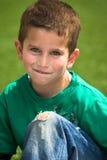 穿蓝衣的男孩眼睛 免版税库存照片