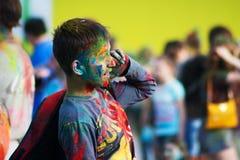 穿蓝衣的男孩衬衣 颜色Holi节日在切博克萨雷,楚瓦什人共和国,俄罗斯 05/28/2016 库存图片