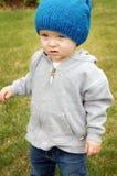穿蓝衣的男孩被注视 免版税库存照片