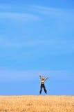 穿蓝衣的男孩跳的天空年轻人 免版税图库摄影