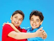 穿蓝衣的男孩逗人喜爱的愉快的超出天空 库存图片