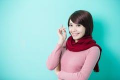 给穿衣的佩带的冬天妇女年轻人 图库摄影