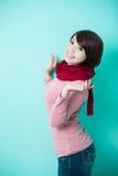 给穿衣的佩带的冬天妇女年轻人 免版税库存照片