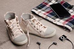 给穿衣的集 妇女运动鞋和格子花呢上衣有鞋带insertio的 库存照片