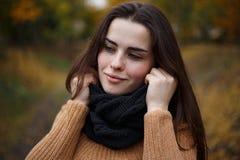 穿被编织的妇女发网和毛线衣的年轻俏丽的微笑的妇女 澳大利亚 库存照片