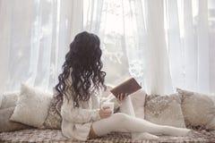 穿被编织的毛线衣s的美丽的自然年轻深色的妇女 免版税库存照片