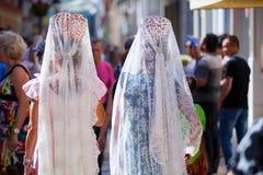 穿西班牙披肩的两名妇女,在安大路西亚 免版税库存照片