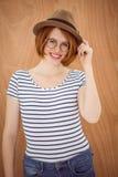穿软毡帽的微笑的行家妇女 免版税图库摄影