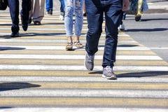 穿过一条街道的人人群在城市 免版税库存照片