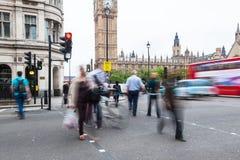 穿过一条街道的人们在威斯敏斯特,伦敦 库存图片