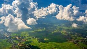 穿过云彩的光束在有绿草领域和山脉的Chiangrai市 地区射击被采取了thr 免版税库存图片