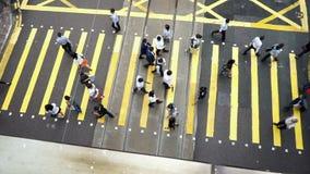 穿过交通路的人顶视图在香港 股票录像