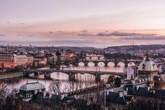 穿过伏尔塔瓦河河的布拉格和它的桥梁看法  库存照片