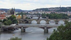 穿过伏尔塔瓦河河的许多桥梁在布拉格 影视素材