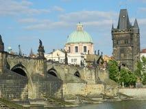 穿过伏尔塔瓦河河,布拉格,捷克共和国的查尔斯桥梁 免版税库存图片